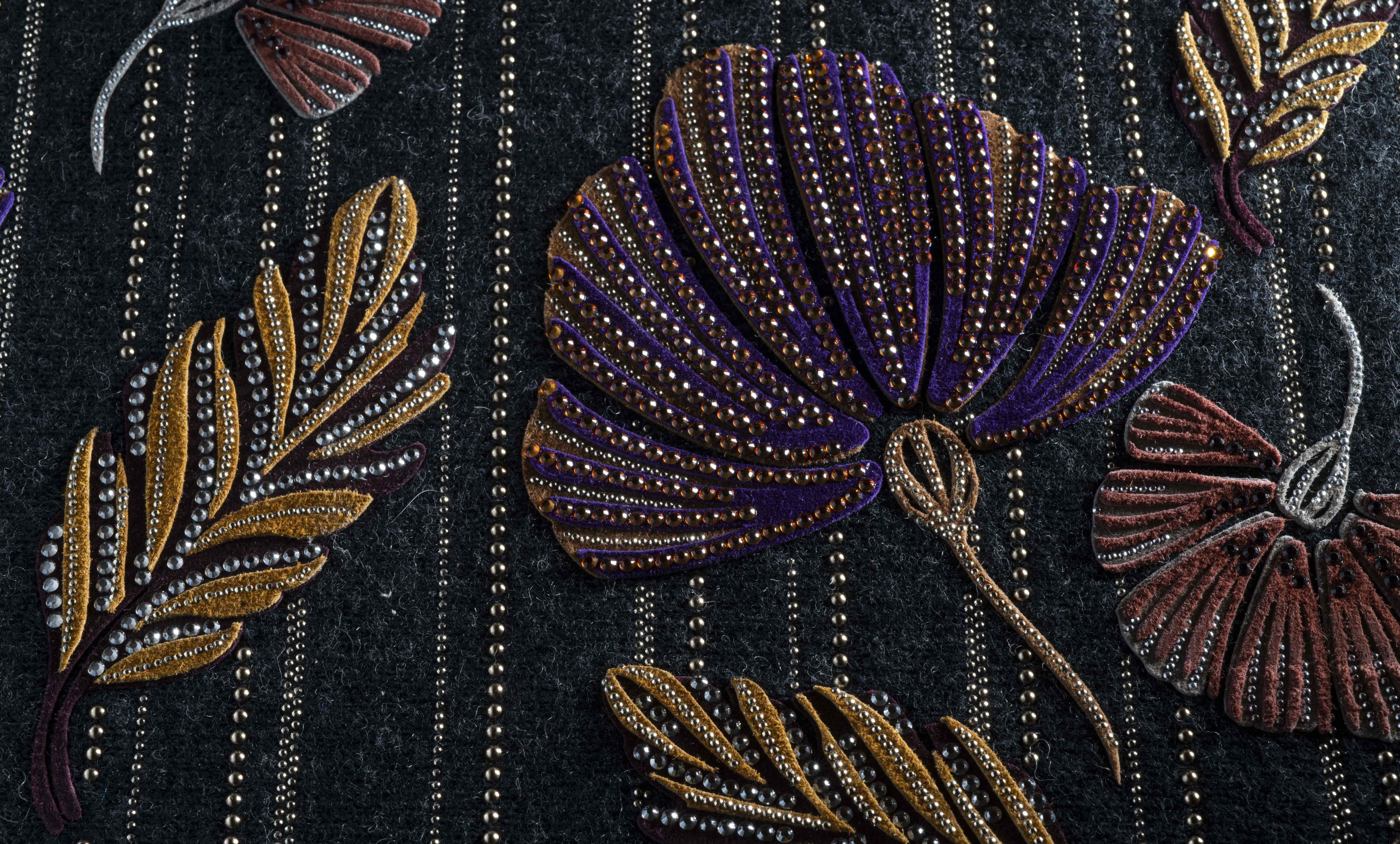 Creazione a mano dei fiori, foglie e petali laserati